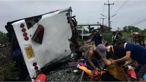 ဘန်ကောက်မြို့အနီး ရထားနဲ့ဘတ်စ်ကား တိုက်မိ၊ လူ ၂၀ ဦးထက်မနည်းသေဆုံး