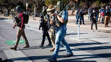 အမေရိကန် ပြည်နယ်လွှတ်တော်တွေပြင်ပမှာ လက်နက်ကိုင်ဆန္ဒပြသူတွေ စုရုံး