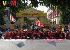 မန္တလေးက သံဃသမဂ္ဂ သပိတ်စစ်ကြောင်းအဖွဲ့ မစိုးရိမ်ကျောင်းတိုက်ရှေ့မှာ ထိုင်သပိတ်ပြုလုပ်ခဲ့