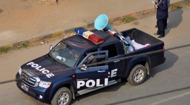 မုံရွာမြို့ပေါ်မှာ တုတ်၊ ဓား ၊ လက်နက်မှန်သမျှ အကုန်လာအပ်ပေးဖို့ ရဲကားက လော်စပီကာနဲ့လိုက်အော်