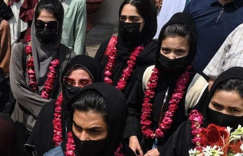 အာဖဂန် အမျိုးသမီးဘောလုံးအသင်း ကစားသမားတွေနဲ့ မိသားစု၀င်တွေ ပါကစ္စတန်ကို ထွက်ပြေး
